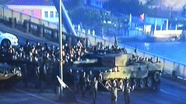 """06:53: עשרות חיילים המעורבים בניסיון ההפיכה נכנעים באיסטנבול. ראש הממשלה מכריז על מינוי רמטכ""""ל זמני, אבל המורדים טוענים - """"אנחנו ממשיכים להילחם בנחישות"""". יריבו של ארדואן פתחוללה גולן מצטרף למביעים התנגדות להפיכה וקנצלרית גרמניה מצטרפת לאובמה ומביעה תמיכה בארדואן. בכיר טורקי מדווח: """"למורדים לא נותרו מטוסי קרב"""" ()"""