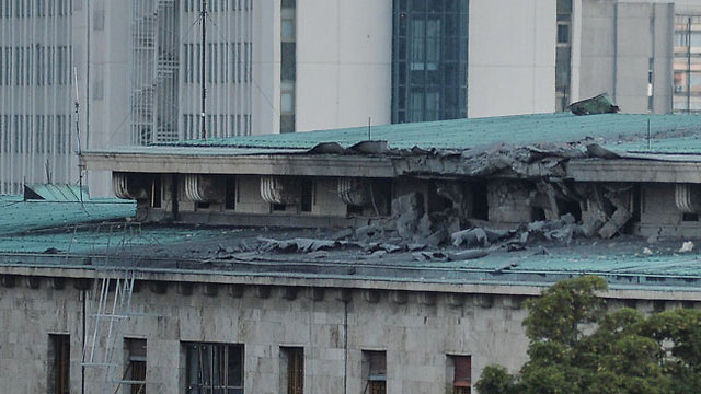 """02:47: מסוק של המורדים מפציץ את בניין הפרלמנט באנקרה. כלי תקשורת בטורקיה מוסרים כי דיווחים קודמים שלפיהם הרמטכ""""ל שנלקח בן ערובה נהרג - אינם נכונים (צילום: gettyimages) (צילום: gettyimages)"""