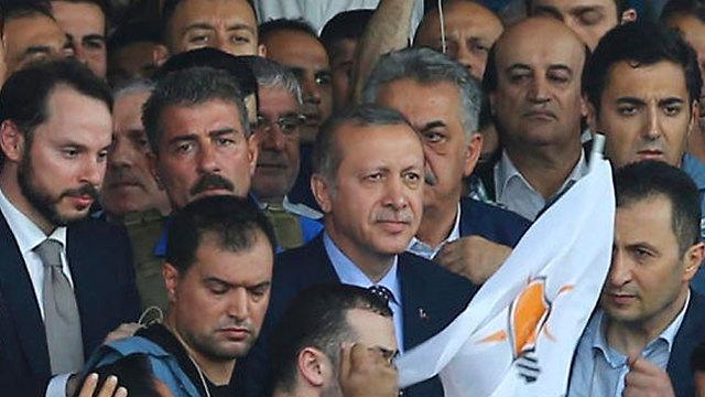 """14:23: אזרחי טורקיה מקבלים מסרון לטלפונים הסלולריים מהנשיא ארדואן שמפציר להם """"לקום ולהתייצב למען הדמוקרטיה ולצאת לרחוב ולמחות נגד המורדים"""" (צילום: רויטרס) (צילום: רויטרס)"""