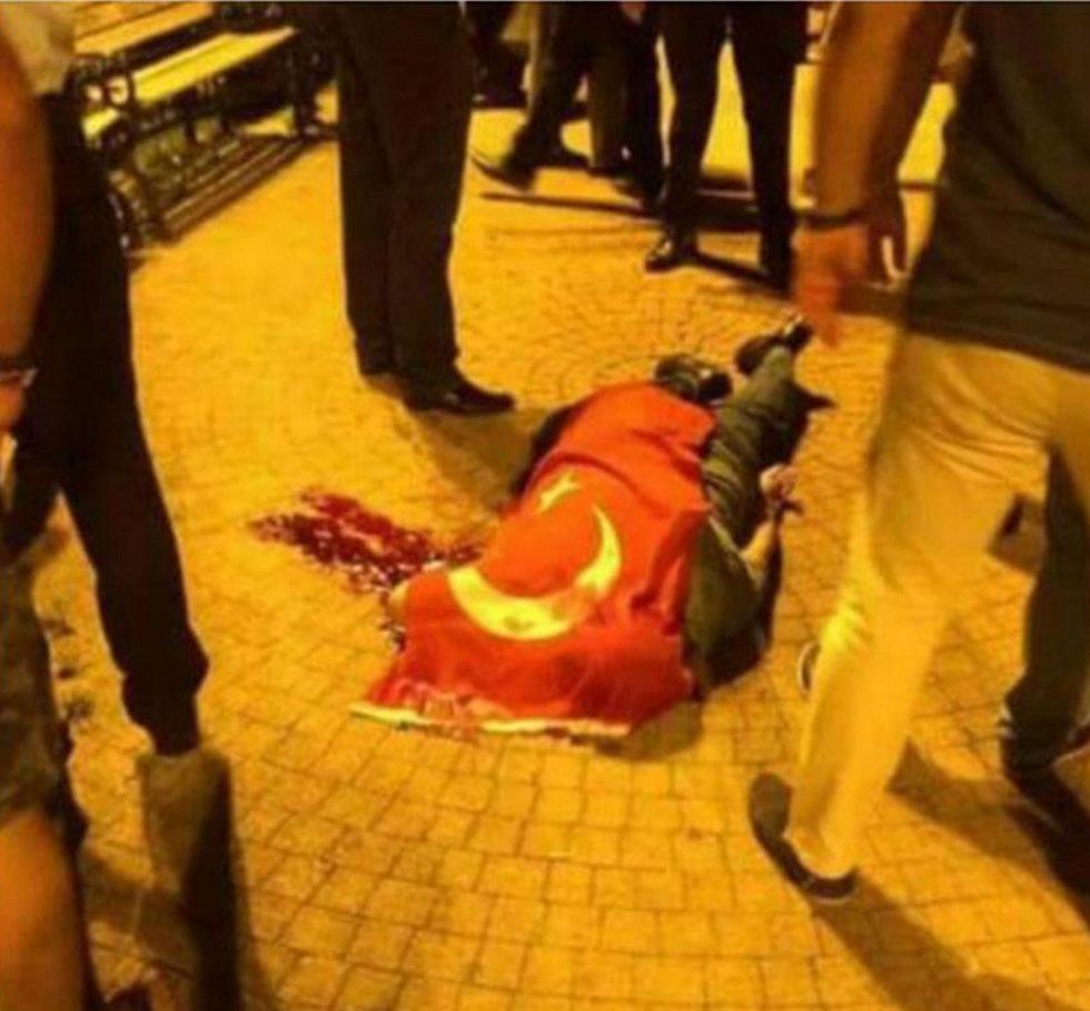 04:15: חייל נרצח בלינץ' על-ידי תומכי ארדואן ()