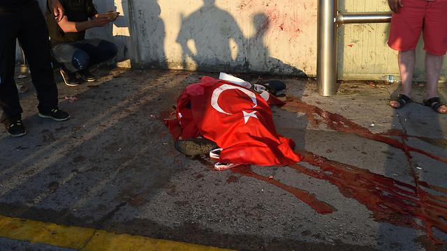 """04:20: מתרבים הסימנים שניסיון ההפיכה נתקל בקשיים משמעותיים. ארדואן נוחת באיסטנבול, מתקבל בתשואות ומבטיח נקמה. ב-5:30 משתלטים נאמני ארדואן על נמל התעופה """"אטאטורק"""", 42 הרוגים באנקרה - רובם אזרחים (צילום: AFP) (צילום: AFP)"""