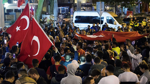 Turks protesting in the streets (Photo: EPA)