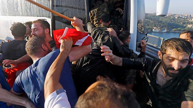 """08:38: הצבא מודיע שהרמטכ""""ל חולץ מידי המורדים. פעילות """"טורקיש איירליינס"""" בנמל התעופה """"אטאטורק"""" חוזרת לסדרה. מניין ההרוגים במהומות שהחלו בלילה מטפס ל-90 (צילום: רויטרס) (צילום: רויטרס)"""