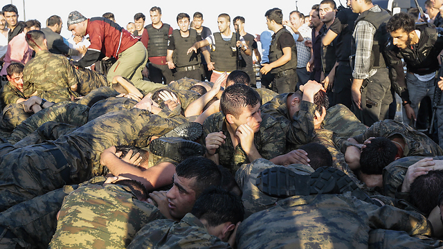 Soldiers involved in the failed Turkish coup surrender (Photo: Gettyimages)