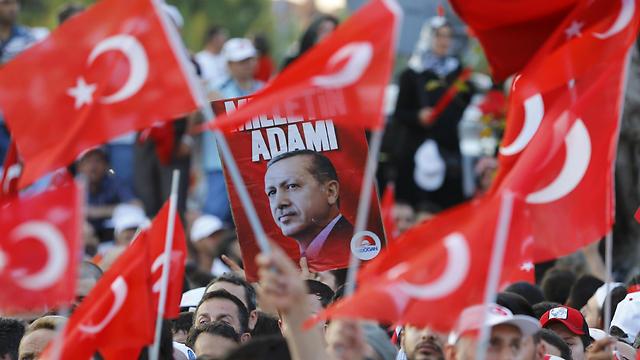 ההמונים בטורקיה חוגגים את כשלון המהפכה (צילום: רויטרס)