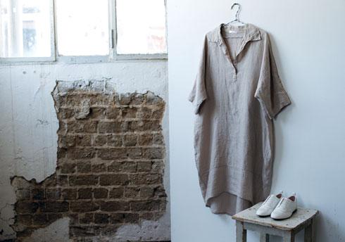 שמלה, 550 שקל, ענת מיקולינסקי; נעליים, 170 שקל, זארה (צילום: עדו לביא, סטיילינג: תמי ארד-ברקאי)