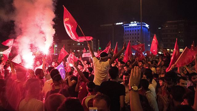 תומכי ארדואן חוגגים את סיכול ההפיכה (צילום: EPA)