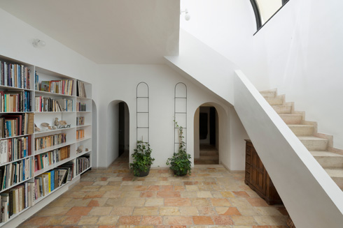 גרם המדרגות מהכניסה למעלה. הרצפה נותנת את הצבע (צילום: גדעון לוין)