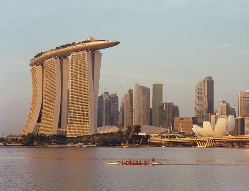 """החזיר אותו לתודעה העולמית: פרויקט הראווה ''מרינה ביי סנדס'' עם בריכת הגג עוצרת הנשימה בסינגפור (צילום: Timothy Hursley, באדיבות משה ספדיה אדריכלים בע""""מ)"""