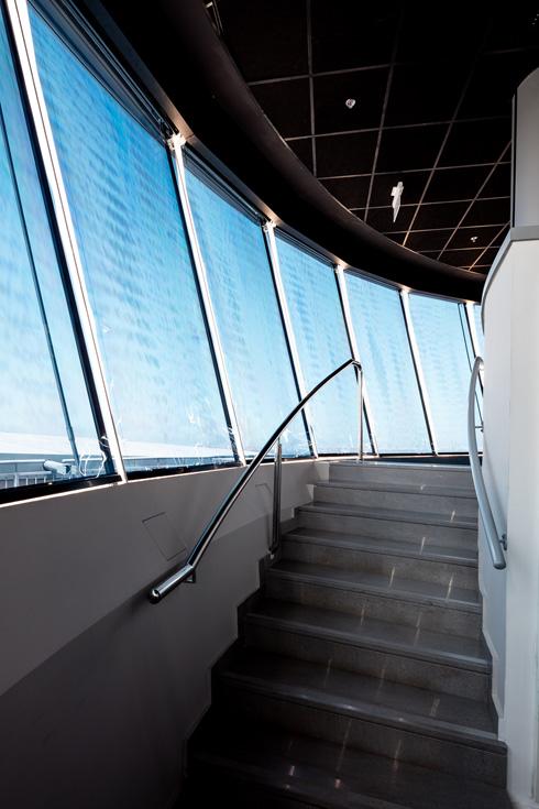 המדרגות לסוכת הפקחים בקומה העליונה (צילום: אינסה ביננבאום)