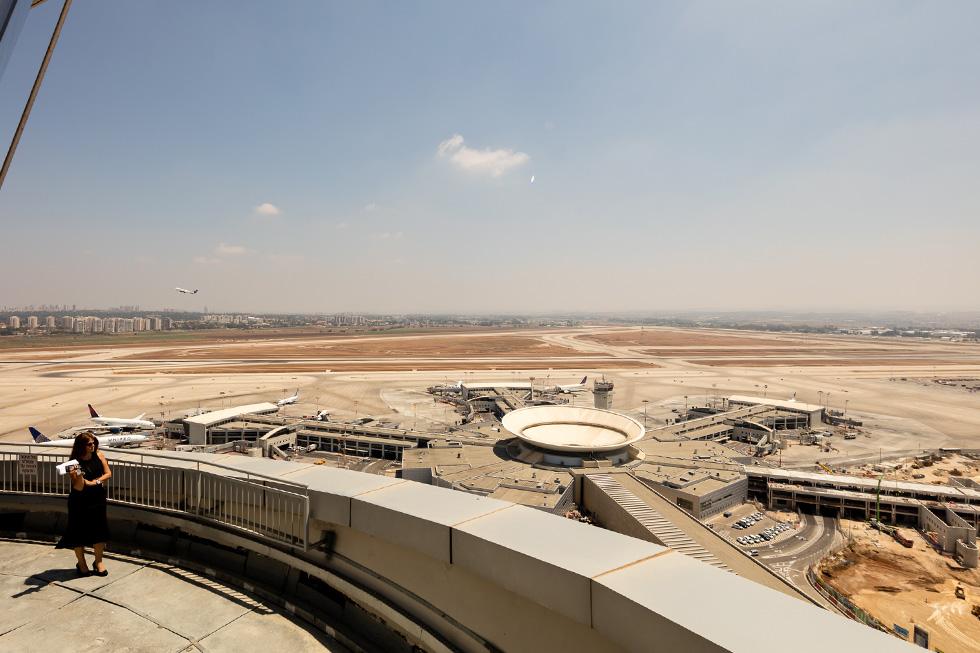 בקומה ה-17 אפשר לצאת למרפסת היקפית ולראות את נתב''ג וכל מרכז הארץ מלמעלה (צילום: אינסה ביננבאום)