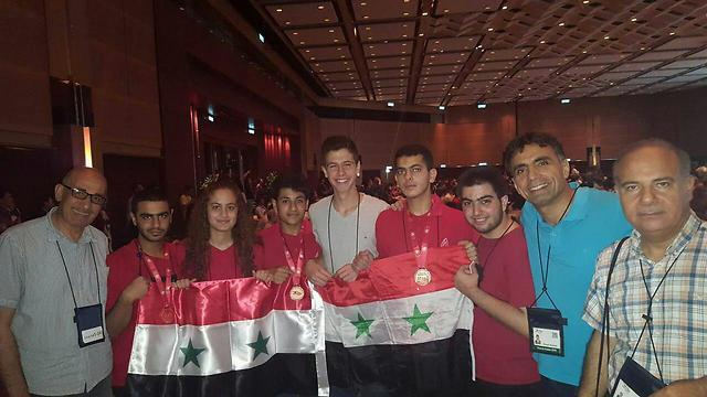 המשלחת הסורית. חאפז במרכז בחולצה אפורה (צילום: רועי קייס) (צילום: רועי קייס)
