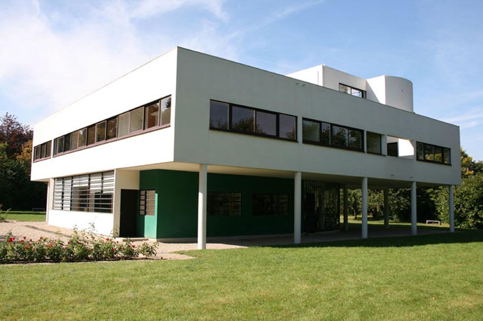 וילה סבואה (1929) בצרפת בישרה על הסגנון הבינלאומי באדריכלות המודרנית. עמודים, חלונות סרט, גג שטוח, תוכנית וחזית חופשיות (צילום: Yoo Gomee ,cc)
