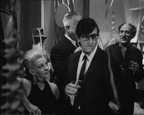 """הצצה מסקרנת לדרך שבה התלבשו בתל אביב של שנות ה-60. גדעון שמר ומנדי רייס דיוויס (צילום: דוד גורפינקל, מתוך הסרט """"איריס"""")"""