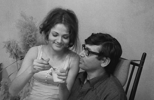 """רומן בין עיתונאי בן 40 לנערה בת 16. גדעון שמר וליאורה רמון (צילום: דוד גורפינקל, מתוך הסרט """"איריס"""")"""