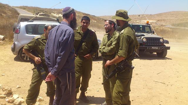 Yigal Levinstein speaking with IDF soldiers (Photo: Bnei David Yeshiva)
