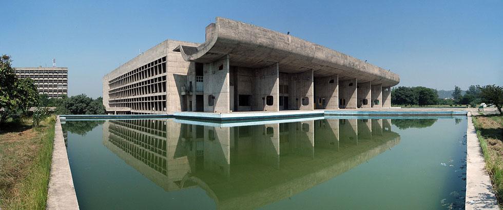 מתחם הממשל בצ'נדיגאר, הודו. זו העיר המתוכננת-מראש הראשונה במדינת הענק, ולה קורבוזיה תכנן את כל מרכיביה (צילום: duncid, cc)
