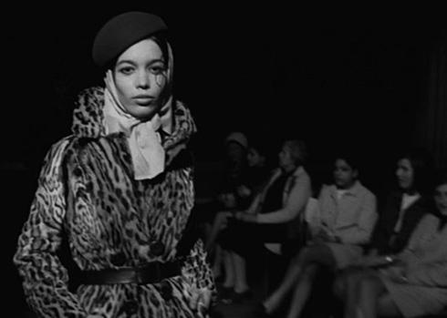 """בהפקה לקחו חלק, בין השאר, חנות הנעליים עזורי, חנות הפרוות נוילנדר וחברת הסריגם אלד (צילום: דוד גורפינקל, מתוך הסרט """"איריס"""")"""