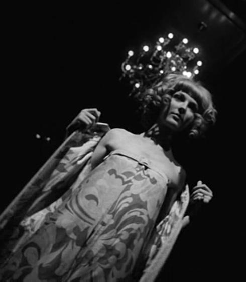 """ההתייחסות לאופנה נוכחת לאורך כל הסרט (צילום: דוד גורפינקל, מתוך הסרט """"איריס"""")"""