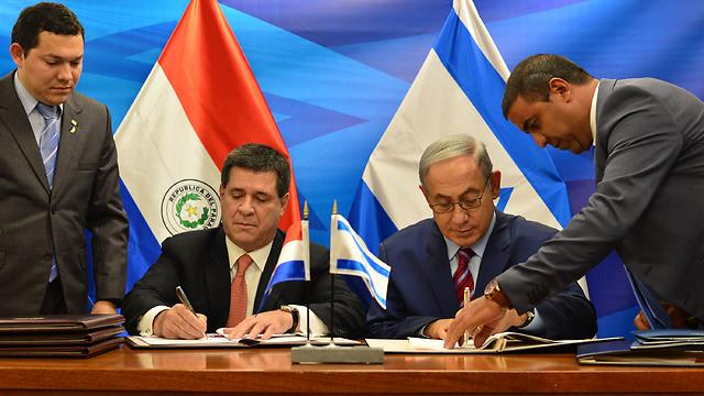 """נתניהו וקארטס חותמים על הסכם לשיתוף פעולה (צילום: קובי גדעון / לע""""מ) (צילום: קובי גדעון / לע"""