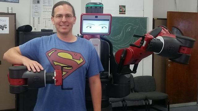 """רובוט חברתי שנועד לעבודה בקרבת בני אדם. ד""""ר גורן גורדון ובאקסטר הרובוט"""