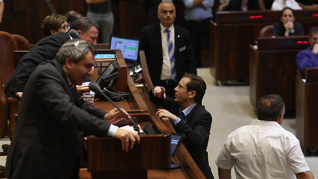 Opposition leader Isaac Herzog talking to Knesset Speaker Yuli Edelstein as Minister Ze'ev Elkin addresses the plenum (Photo: Gil Yohanan)