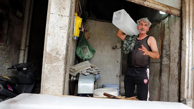 לא רק לו. פועל במפעל קרח (צילום: EPA) (צילום: EPA)