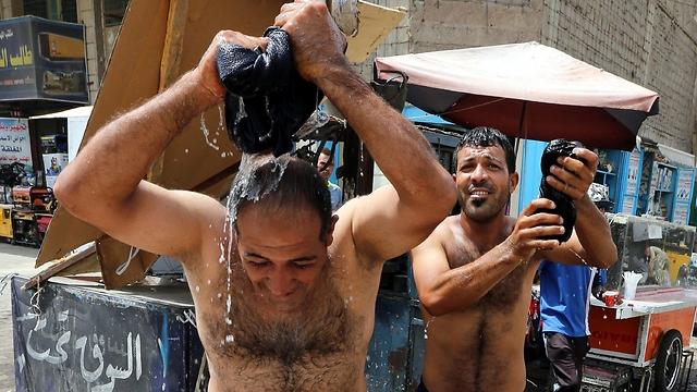 מתקררים בבגדד (צילום: EPA) (צילום: EPA)