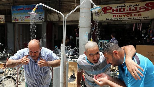 מקלחות ברחוב בבגדד (צילום: EPA) (צילום: EPA)
