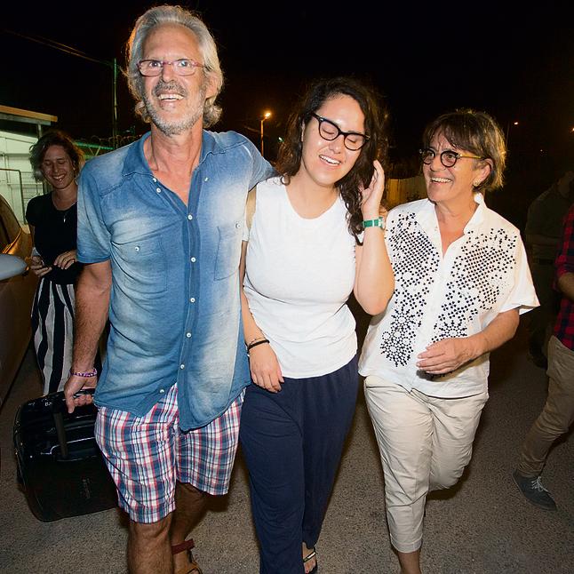 """עם הוריה, אחרי השחרור מהכלא. """"שיחות על הכיבוש בארוחות שישי"""""""