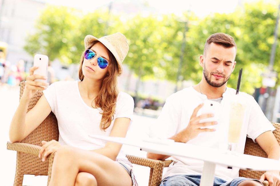 אתם לא צריכים לחבב אחד את השני כדי לשבת ולדבר (צילום: Shutterstock)
