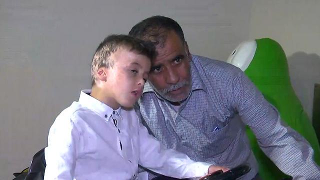 """אחמד דוואבשה וסבו חוסיין בעת השחרור מביה""""ח (צילום: יוגב אטיאס) (צילום: יוגב אטיאס)"""