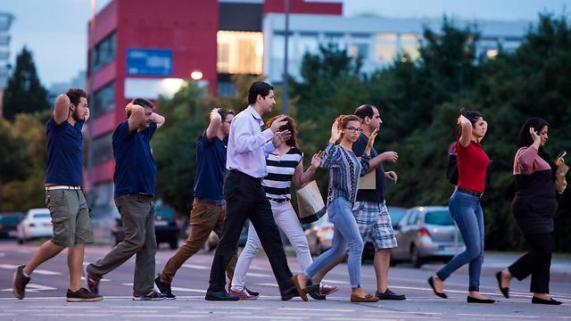 אזרחים מתפנים ממרכז הקניות במינכן (צילום: AFP) (צילום: AFP)