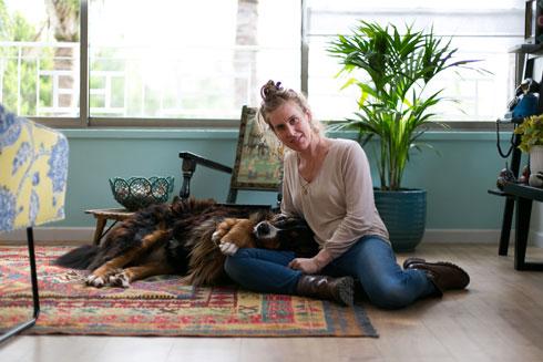 קפלן-לוי והכלב המשפחתי (צילום: שירן כרמל)