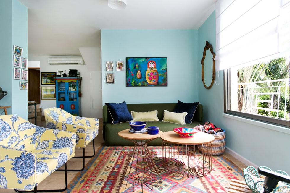 הרהיטים בפינת הישיבה נקנו חדשים, ואת הצבעוניות משלים ציור של מירי שכטמן (צילום: שירן כרמל)