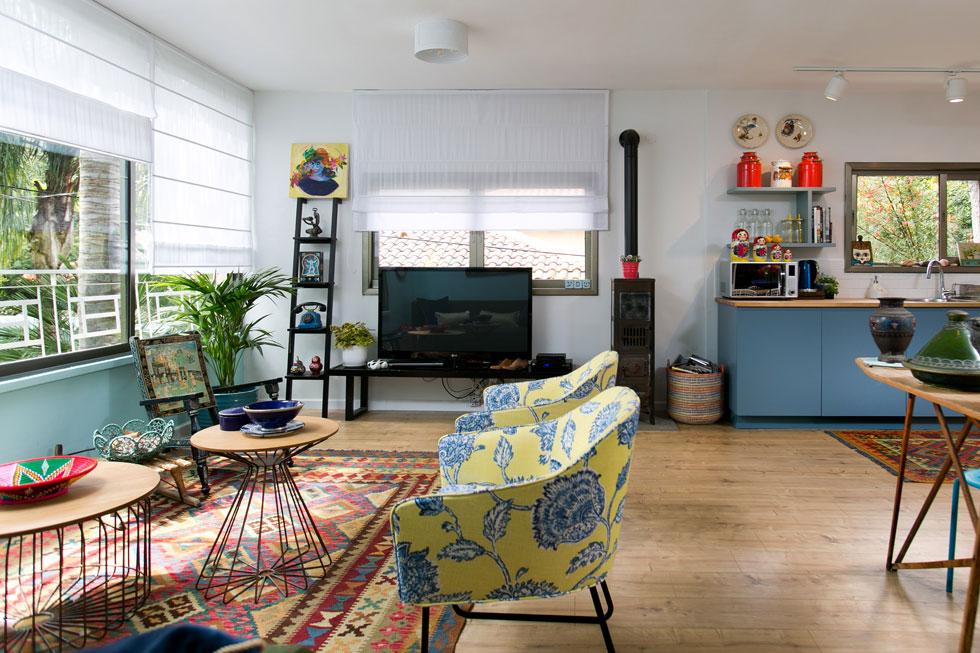 כחול הוא הצבע המוביל והוא מופיע בגוונים שונים בכל החדרים. בארונות המטבח, על הקירות, בריפודים שנבחרו לרהיטים ובשטיחים. לשיפוץ הוקצבו 50 אלף שקל, אך ההחלטה לבנות מרפסת הגדילה את הסכום ל-120 אלף (צילום: שירן כרמל)