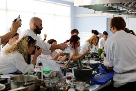 """איך מכינים אוכל תאילנדי? מתוך סדנה ב""""דנון - בית הספר למקצועות הקולינריה"""" (צילום: דניה ויינר)"""
