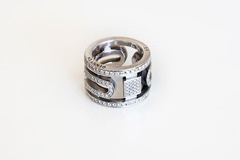 טבעת משובצת יהלומים עם הכיתוב Jenny Ch (צילום: ענבל מרמרי)