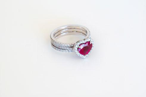 טבעת יהלומים עם אבן אודם  (צילום: ענבל מרמרי)
