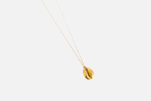 שרשרת עם תליון צדף מוזהב, ליאורה טרגן (צילום: ענבל מרמרי)