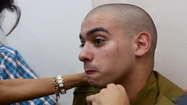 אלאור אזריה במהלך עדותו, היום (צילום: מוטי קמחי) (צילום: מוטי קמחי)