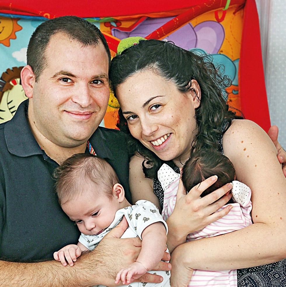 משפחת גבאי. הילדים נולדו בהפרש של 11 שבועות (צילום: צביקה טישלר) (צילום: צביקה טישלר)