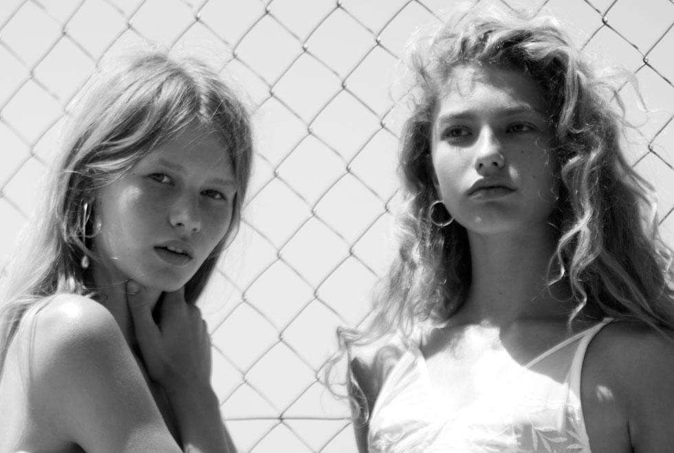 מימין: דורית רבליס בגופייה, Petit Pois; עגילים, Born From Rock; סופיה מצטנר עם עגילים, Born From Rock (צילום: TINO VACCA)