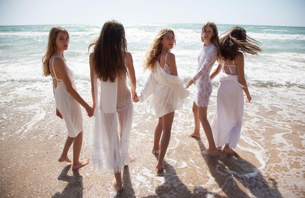 מימין לשמאל: אביטל לנגר בשמלה, עידן לרוס; סופיה מצטנר בשמלה, עידן לרוס; דורית רבליס בבגד גוף, Petit Pois; עליונית, עידן לרוס; מריה לפיקובה בשמלה, Petit Pois; סברינה שפר בשמלה, Petit Pois (צילום: TINO VACCA)