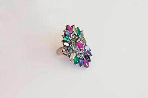 טבעת משובצת אבנים שקיבלה במתנה (צילום: ענבל מרמרי)