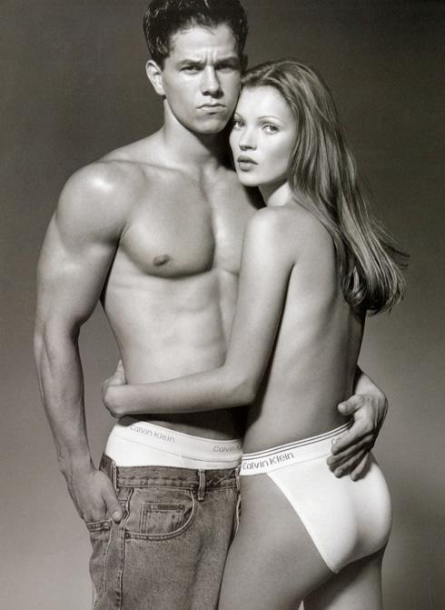 המכנסיים הנופלים הם חלק בלתי נפרד מהקאמבק לשנות ה-90. קייט מוס ומארק וולברג, 1992
