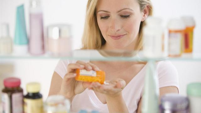 לקרוא את העלון לצרכן לפני השימוש. תופעות לוואי (צילום: shutterstock)