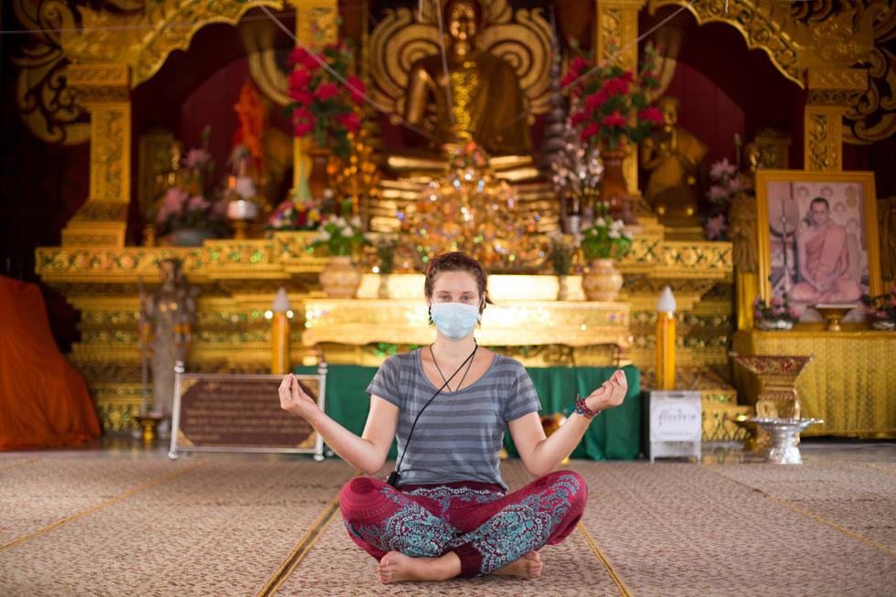 תמונה 331: יוהנה, בת 19 מהמבורג, גרמניה, במקדש בצפון תאילנד (צילום: אלון פרס)
