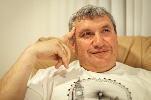 תמונה 1: מיכאל, אביו של הצלם, בסלון ברחובות (צילום: אלון פרס)