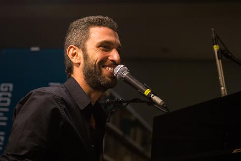 תמונה 202: שלומי, בן 38 מתל אביב, בהופעה ברחובות (צילום: אלון פרס)